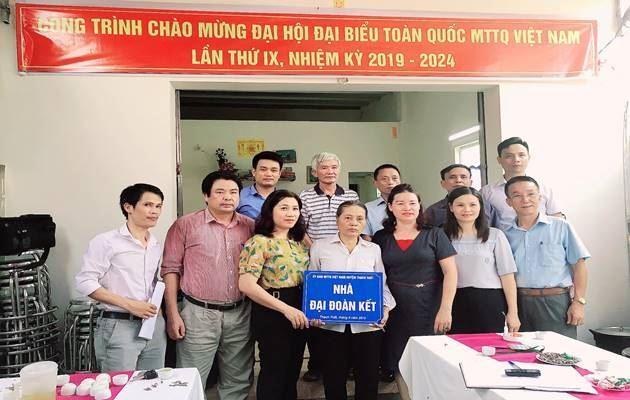 Ủy ban MTTQ Việt Nam huyện Thạch Thất trao tặng nhà Đại đoàn kết