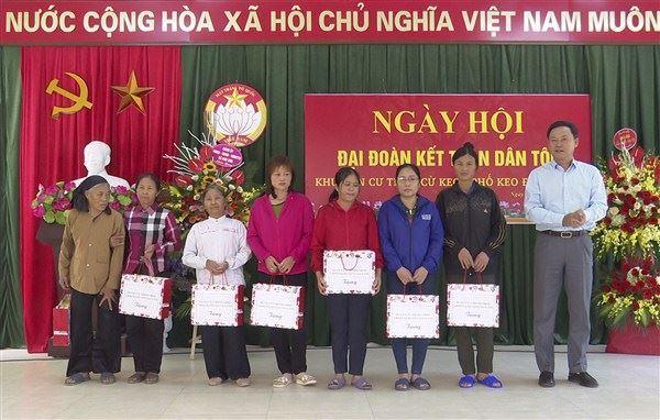 Các đồng chí lãnh đạo huyện Gia Lâm dự Ngày hội Đại đoàn kết toàn dân tộc tại các khu dân cư