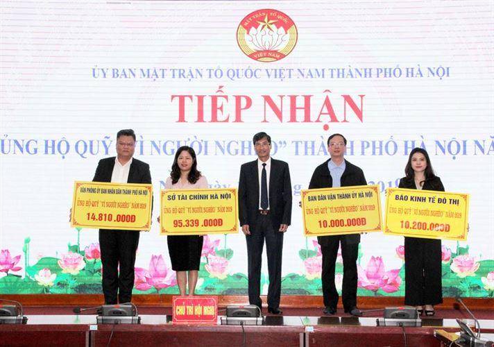"""Tiếp nhận hơn 200 triệu đồng ủng hộ Quỹ """"Vì người nghèo"""" TP Hà Nội"""