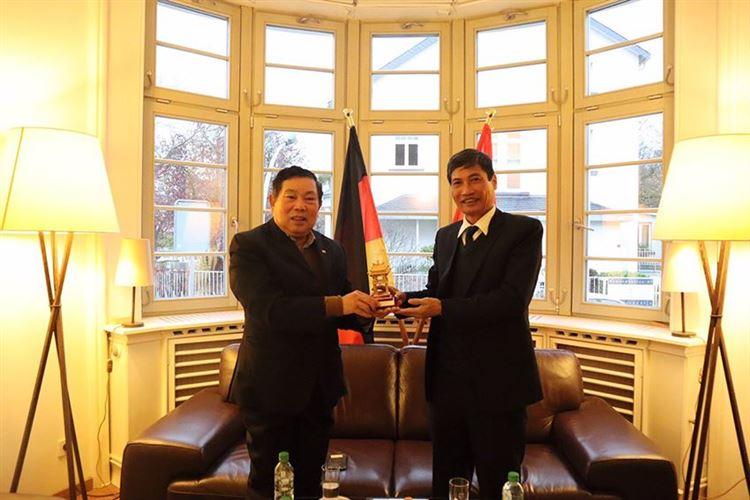 Thăm hỏi, nắm tình hình tâm tư, nguyện vọng người Việt Nam ở nước ngoài nhằm thực hiện tốt công tác đối ngoại nhân dân