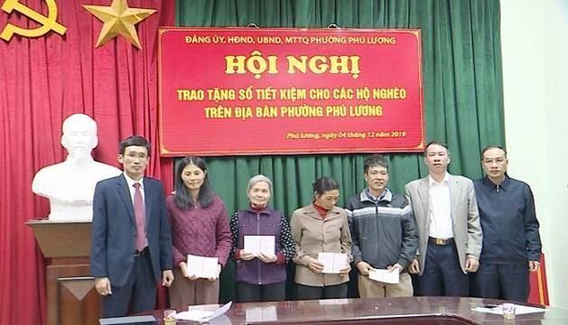 Quận Hà Đông tặng sổ tiết kiệm cho 30 hộ nghèo phường Phú Lương, Đồng Mai