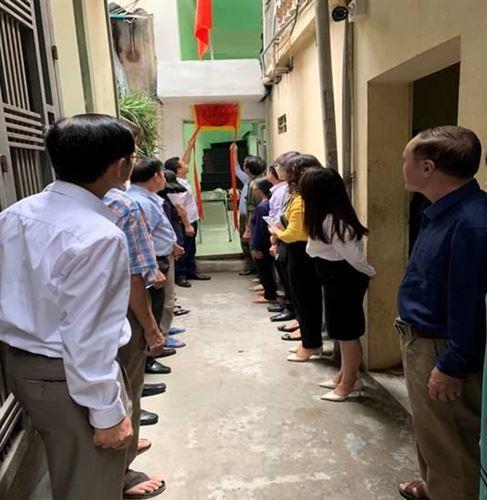 Ủy ban MTTQ Việt Nam quận Thanh Xuân phối hợp nghiệm thu, bàn giao nhà cho hộ cận nghèo phường Thượng Đình