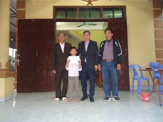 Ủy ban MTTQ Việt Nam huyện Mê Linh tổ chức đi thăm hỏi, hỗ trợ gia đình nạn nhân bị tai nạn đuối nước tại xã Thạch Đà.