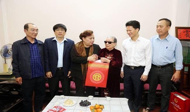 Chủ tịch HĐND TP Nguyễn Thị Bích Ngọc thăm, chúc Tết gia đình chính sách tại phường Mộ Lao quận Hà Đông