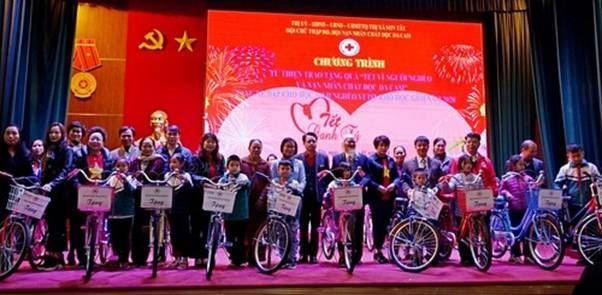 Sơn Tây tổ chức tặng quà Tết cho hộ nghèo trên địa bàn thị xã.