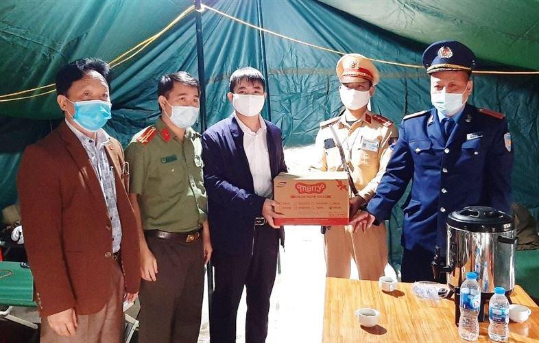 Ủy ban MTTQ Việt Nam huyện Chương Mỹ thăm, tặng quà, động viên lực lượng làm nhiệm vụ tại các chốt kiểm soát phòng dịch Covid-19