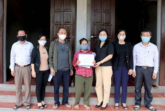 Ủy ban MTTQ Việt Nam huyện Quốc Oai trao kinh phí hỗ trợ xây mới nhà ở cho hộ nghèo
