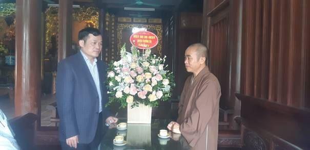 Thăm, tặng quà các vị chức sắc Phật giáo nhân dịp Đại lễ Phật đản 2020