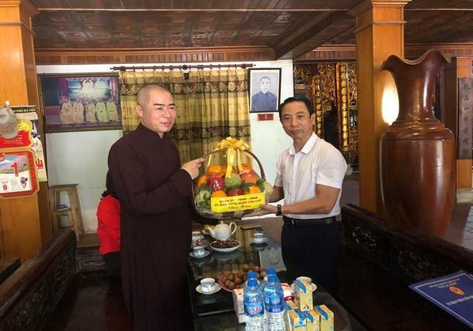 Quận Cầu Giấy thăm, tặng quà các vị chức sắc Phật giáo nhân dịp Đại lễ Phật đản 2020