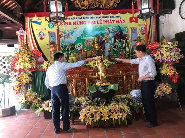 Huyện Hoài Đức thăm, tặng quà Ban trị sự Gáo hội phật giáo huyện nhân dịp Đại lễ Phật đản Phật lịch 2564