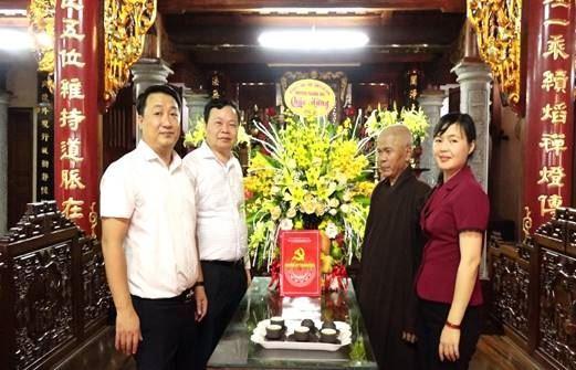 Huyện Thanh Oai thăm, tặng quà các chức sắc, chức phẩm Phật giáo tiêu biểu nhân dịp Lễ Phật đản năm 2020