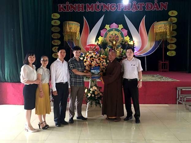 Đông Anh thăm, tặng quà Ban trị sự Giáo hội phật giáo huyện nhân dịp Đại lễ Phật đản Phật lịch 2564