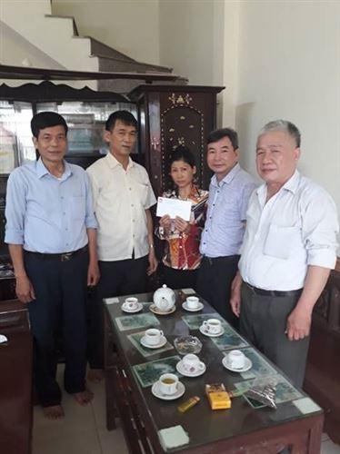Ủy ban MTTQ Việt Nam huyện Mê Linh tổ chức đi thăm hỏi, hỗ trợ gia đình có hoàn cảnh đặc biệt khó khăn xã Tiến Thắng.