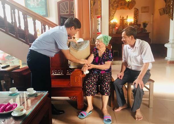 Huyện Đông Anh tổ chức đi thăm và tặng quà gia đình chính sách, người có công nhân dịp kỷ niệm 73 năm ngày Thương binh - Liệt sỹ (27/7/1947-27/7/2020)
