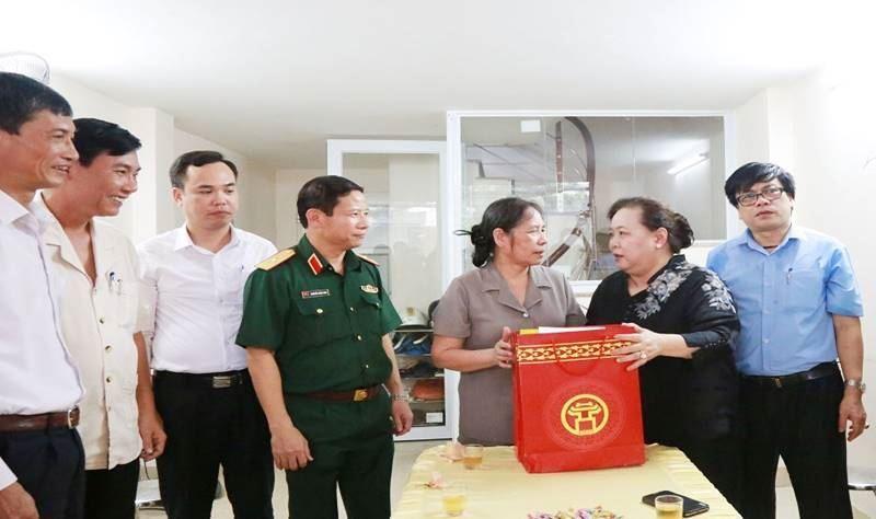 Đồng chí Nguyễn Thị Bích Ngọc - Phó Bí thư Thành ủy, Chủ tịch HĐND TP thăm, tặng quà thương binh tại quận Hà Đông