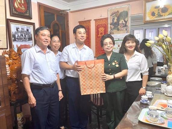 Quận Hoàng Mai tặng quà các gia đình chính sách nhân dịp kỷ niệm 73 năm ngày Thương binh Liệt sỹ (27/7/1947-27/7/2020)