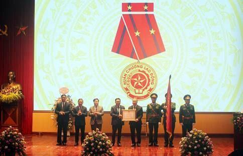 Huyện Mê Linh đón nhận Huân chương Lao động hạng Nhì.