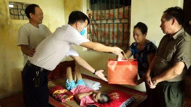 Huyện Thanh Oai thăm tặng quà gia đình nạn nhân chất độc da cam