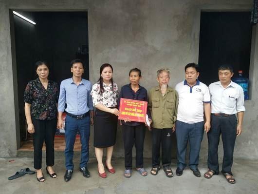 Ủy ban MTTQ Việt Nam huyện Quốc Oai trao tiền hỗ trợ xây, sửa nhà Đại đoàn kết