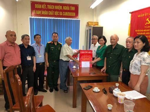 Quận Long Biên thăm, tặng quà Hội Nạn nhân Chất độc Da cam/Dioxin