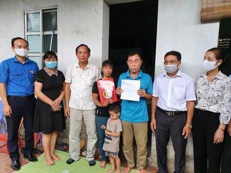 Ủy ban MTTQ Việt Nam quận Bắc Từ Liêm thăm hỏi hỗ trợ gia đình bị hỏa hoạn và gia đình nạn nhân đuối nước