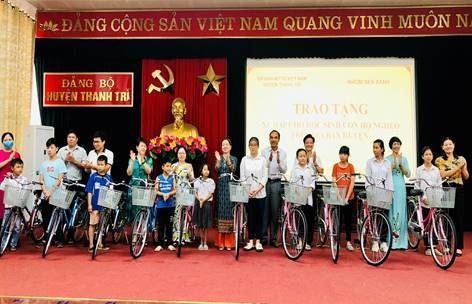 Ủy ban MTTQ Việt Nam huyện Thanh Trì trao tặng xe đạp cho học sinh nghèo trước thềm khai giảng năm học mới 2020-2021