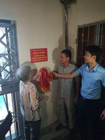 Ủy ban MTTQ Việt Nam quận Thanh Xuân gắn biển Nhà Đại đoàn kết cho hộ cận nghèo phường Thanh Xuân Bắc