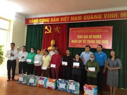 Thị xã Sơn Tây tặng quà hộ nghèo nhân dịp Tết Trung thu 2020.