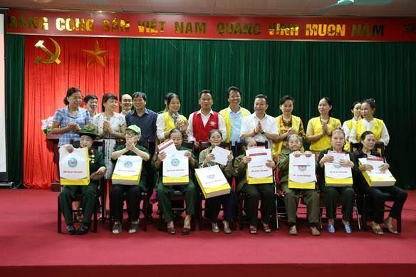 Ủy ban MTTQ Việt Nam quận Bắc Từ Liêm trao tặng sổ tiết kiệm cho Cựu Thanh niên xung phong