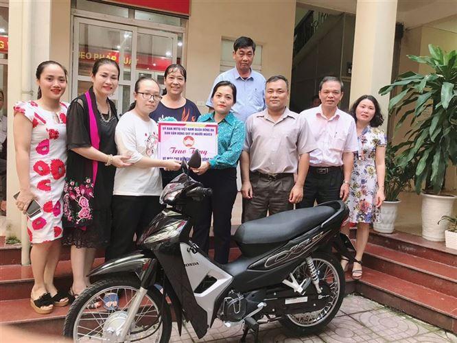 Quận Đống Đa trao tặng xe máy hỗ trợ hộ thoát nghèo