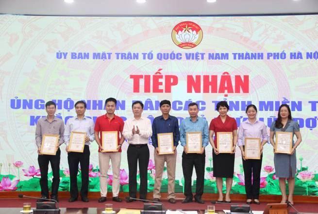 Ban Thường trực Ủy ban MTTQ Việt Nam thành phố Hà Nội tiếp nhận 13 tỷ ủng hộ miền Trung khắc phục hậu quả thiên tai