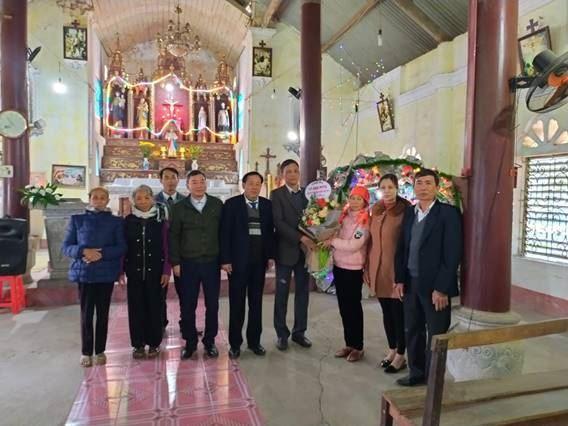 Ủy ban MTTQ Việt Nam huyện Mê Linh đi thăm và tặng quà đồng bào Công giáo nhân dịp Lễ Giáng sinh năm 2020.