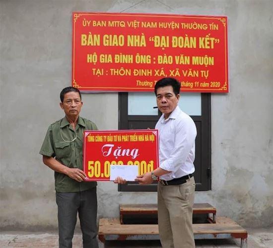Huyện Thường Tín bàn giao tiền hỗ trợ xây dựng nhà Đại đoàn kết cho gia đình ông Đào Văn Muộn thôn Đinh xá, xã Văn Tự.