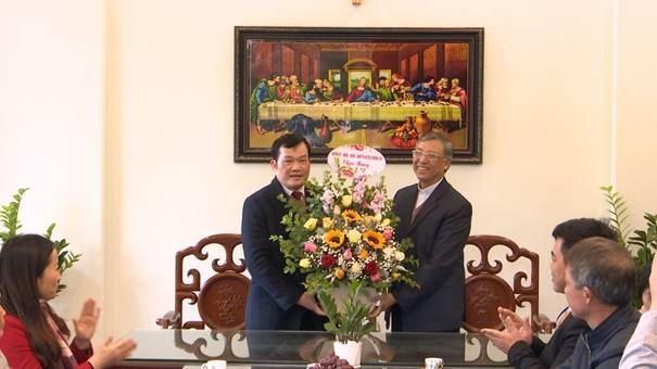 Lãnh đạo huyện Thường Tín thăm, tặng quà các linh mục, chức sắc, chức việc tôn giáo và giáo dân nhân dịp đón Giáng sinh 2020