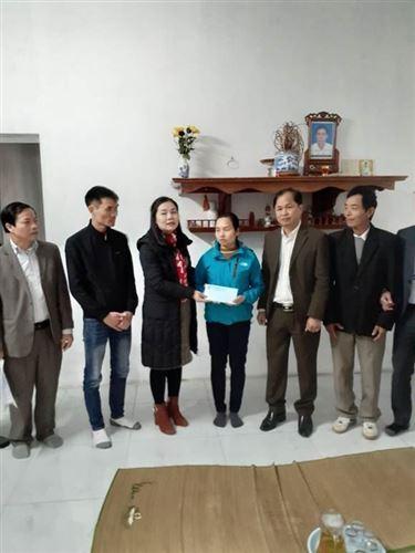 Ủy ban MTTQ huyện Quốc Oai trao tiền hỗ trợ xây nhà đại đoàn kết