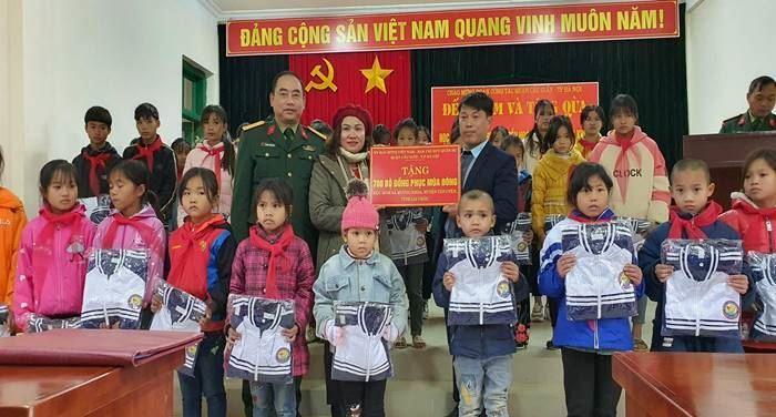 Đoàn MTTQ Việt Nam quận Cầu Giấy trao tặng áo ấm và học bổng cho học sinh là con em hộ nghèo có hoàn cảnh đặc biệt khó khăn tại huyện Tân Uyên, tỉnh Lai Châu