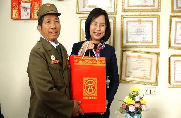 Lãnh đạo thành phố, huyện thăm, tặng quà các gia đình chính sách tiêu biểu huyện Thanh Oai