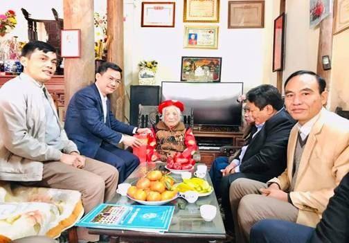 Đoàn các đồng chí lãnh đạo thành phố Hà Nội đến thăm, tặng quà  gia đình chính sách huyện Thanh Trì nhân dịp Tết Tân Sửu 2021