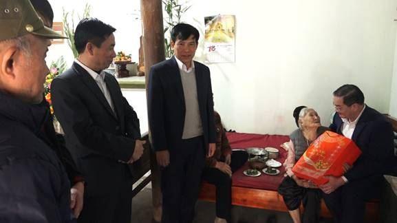 Huyện Mỹ Đức thăm, tặng quà Mẹ Việt Nam Anh hùng, đối tượng chính sách nhân dịp Tết nguyên đán Tân Sửu năm 2021