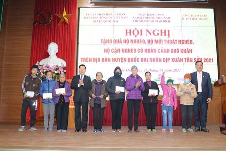 UBND - Ủy ban MTTQ Việt Nam huyện Quốc Oai phối hợp trao quà tết hộ nghèo, hộ có hoàn cảnh khó khăn nhân dịp Tết Nguyên Đán Tân Sửu 2021