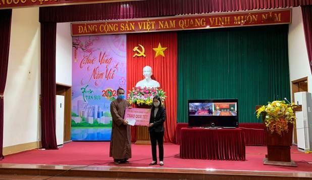 Đại đức Thích Chánh Thuần chủ trì chùa Cao Xá, xã Dũng Tiến huyện Thường Tín tặng quà Tết cho hội viên Hội cựu Thanh niên xung phong có hoàn cảnh khó khăn