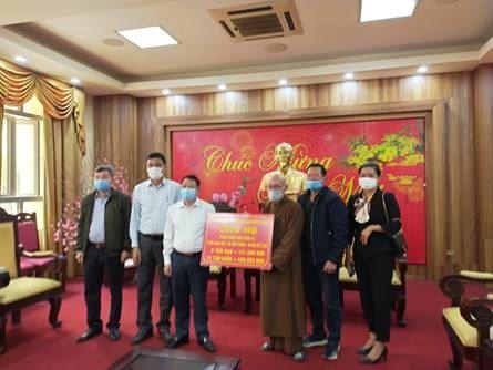 Ủy ban MTTQ Việt Nam huyện Mê Linh tiếp nhận nhu yếu phẩm hỗ trợ nhân dân thôn Bạch Trữ, xã Tiến Thắng bị ảnh hưởng dịch Covid-19.