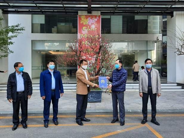 Ủy ban MTTQ Việt Nam quận Nam Từ Liêm thăm hỏi, tặng quà Tết  hơn 300 cư dân đang thực hiện cách ly tại chung cư Garden Hill,  99 Trần Bình, phường Mỹ Đình 2