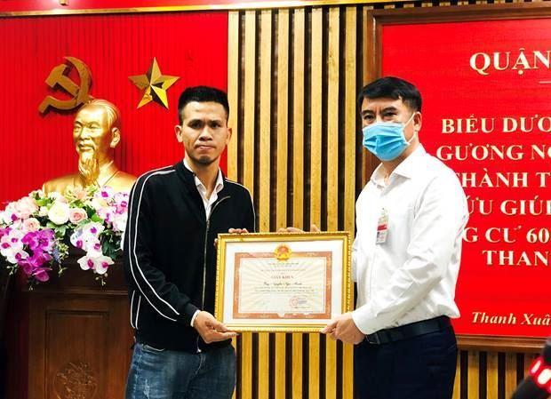 Quận Thanh Xuân biểu dương anh Nguyễn Ngọc Mạnh có hành động dũng cảm cứu người và thăm hỏi cháu bé bị rơi từ tầng 12 chung cư số 60B Nguyễn Huy Tưởng