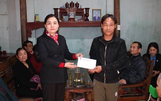 Ủy ban MTTQ Việt Nam huyện Quốc Oai hỗ trợ hộ cận nghèo có hoàn cảnh đặc biệt khó khăn tại xã Thạch Thán