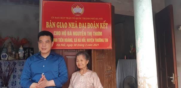Huyện Thường Tín bàn giao tiền hỗ trợ xây dựng nhà Đại đoàn kết cho hộ nghèo đồng bào công giáo.