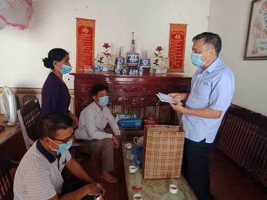 Chủ tịch Ủy ban MTTQ Việt Nam huyện Hoài Đức thăm và tặng quà đối tượng chính sách nhân kỷ niệm 74 năm ngày thương binh liệt sỹ