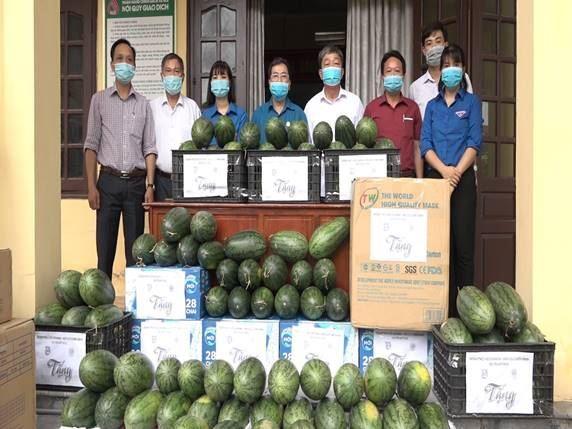 Ủy ban MTTQ Việt Nam huyện Mỹ Đức trao tặng 30.000 khẩu trang và 600 chai nước sát khuẩn hỗ trợ các xã phòng chống dịch Covid - 19