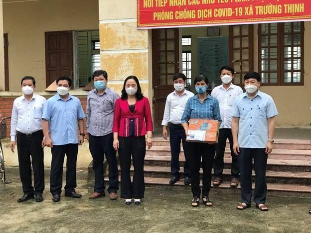 Lãnh đạo huyện Ứng Hòa thăm, tặng quà khu cách ly thôn Họa Đống, xã Trường Thịnh, huyện Ứng Hòa