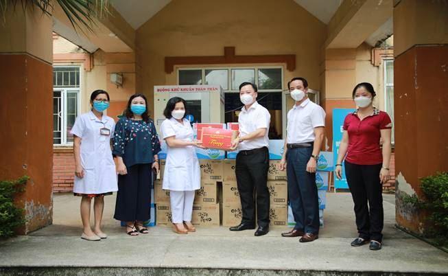 Lãnh đạo Ủy ban MTTQ Vệt Nam Thành phố và Quận thăm động viên lực lượng y tế quận Cầu Giấy